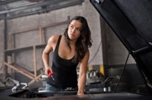 """L'actrice Michelle Rodriguez réparant une voiture dans le film """"Fast&Furious""""."""